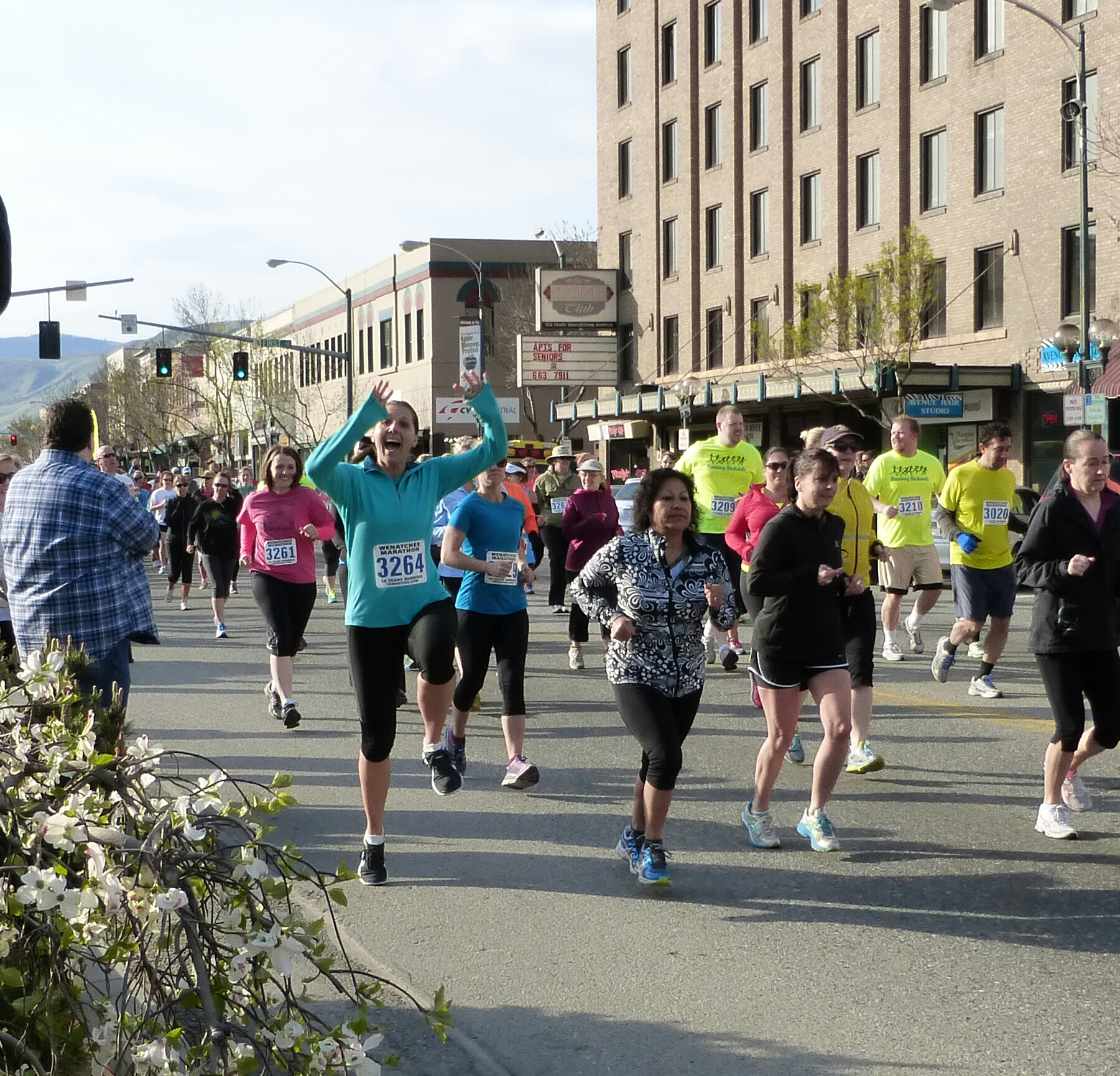 This blogger's enthusiastic start at the Wenatchee Marathon 10K!